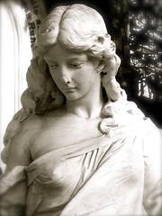 IMG_2536 (Brigitte Wagner) Tags: friedhof relief mausoleum engel frankfurtammain skulpturen gruft kolonnade hauptfriedhoffrankfurt neuesportal
