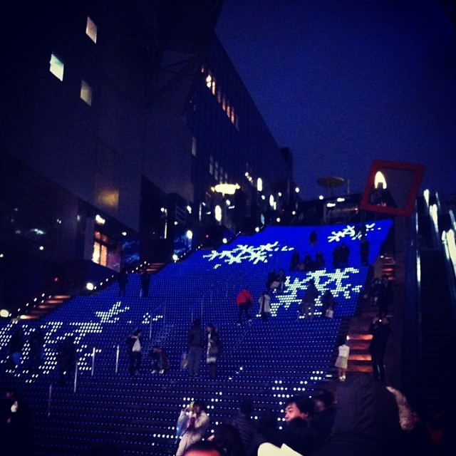 今からでも間に合うクリスマスイルミネーション!京都駅ビルの大階段!綺麗ですよ! #eirin #京都駅 #イルミネーション #大階段 #クリスマス