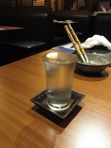 Premier verre de saké, Asakusa, Tokyo, Japon