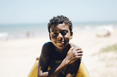 (Camilla Soares) Tags: boy sea summer brazil portrait cute praia beach smiling 50mm mar bokeh retrato garoto posing verão fofo posando espiritosanto sorrindo tumblrphotographers photographersontumblr