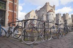 Bicicletas al rededor del Castillo de los Condes de Gante, Blgica. (www.rojoverdeyazul.es) Tags: castle bike belgium bicicleta autor gent castillo bueno condes gand gante lvaro blgica