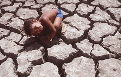 V045-005:4.jpg (alunosfac.jornalismo) Tags: boy brazil child fulllength dry drought outline naturaldisaster mudcracks