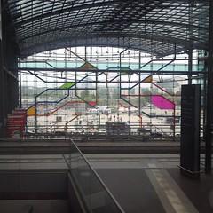 10 Jahre nach Erffnung hat #BerlinHbf zwar noch immer kein Dach, dafr aber nun tolle 90er-Jahre-Streifennetze. (oomenberlin) Tags: hat 10 erffnung nun dach tolle nach jahre noch aber immer kein zwar dafr berlinhbf oomenberlin 90erjahrestreifennetze
