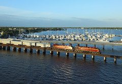 FEC 818 + 810, Stuart, 21 June 2016 (Mr Joseph Bloggs) Tags: railroad usa electric yard train coast general florida merci miami unitedstatesofamerica railway cargo stuart east jacksonville ge treno freight 210 818 810 intermodal fec bowden