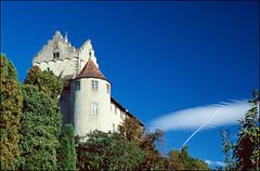 Burg Meersburg (Querformat) (Thaddl) Tags: blue trees sky castle film analog germany himmel slide nikonf100 sight analogue blau polarizer bodensee bume burg diapositive latesummer diapositiv badenwrttemberg sehenswrdigkeit meersburg lakeconstance polfilter sddeutschland schneswetter fineweather sptsommer 3570mmf3345af fujichromeprovia400x nikkor3570mm13345 proscan7200 silverfast6aistudio heliopandigitalpolcircular