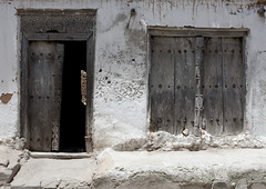 Old Door In Bagamoyo Stone Town, Tanzania (Eric Lafforgue) Tags: voyage africa door wood old travel house building history coral rock horizontal architecture tanzania outdoors photography wooden carved photographie entrance culture nopeople historic carve doorway histoire porte stonetown maison oldbuilding bois ancien swahili afrique historique eastafrica bagamoyo entree pleinair buildingentrance tanzanie pwani exterieur colorpicture placeofinterest photocouleur decrepi afriquedelest colourpicture sculptee 3033tanzania