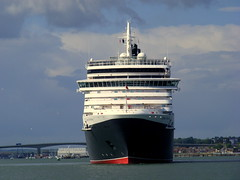 Full On - Queen Victoria (Hythe Eye) Tags: cunard queenvictoria cruiseships liners southamptonwater riveritchen