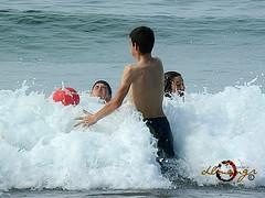 Trago de agua. (dlmanrg) Tags: espaa gente playa nios juego ola cantabria pelota espuma cobreces 2013 luaa alfozdelloredo
