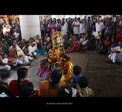 Ottamthullal (Praphul.T.) Tags: people india laughing photography photo colours crowd performingarts arts culture kerala communication interaction trichur incredibleindia irinjalakuda ottamthullal koodalmanickyamtemple