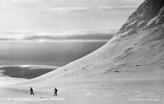 Skiing at Smlingshgna in Lofsdalen valley, Hrjedalen, Sweden (Swedish National Heritage Board) Tags: schnee winter mountain snow mountains berg vintage foto skiing skifahren gebirge riksantikvariembetet theswedishnationalheritageboard