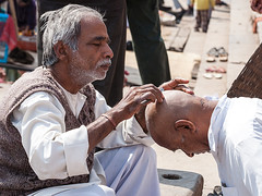 Be careful! (Dick Verton ( more than 13.000.000 visitors )) Tags: travel india asia streetlife streetscene shaving barber varanasi streetview ghats streetshot dickverton