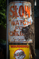(178/366) Alley Signs: Kids and Rats (CarusoPhoto) Tags: hd pentaxda l 1850mm f456 dc wr re hdpentaxdal1850mmf456dcwrre chicago city urban lincolnpark lincoln park neighborhood pentax ks2 john caruso carusophoto street everyday ordinary sign signs alley mundane banal photo day project 365 366 post