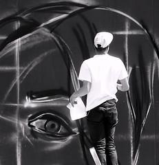 Mon oeil ! (_ Adle _) Tags: blackandwhite bw streetart bruxelles nb oeil urbana rue visage graffeur chantier fresque backshot palissade escabeau