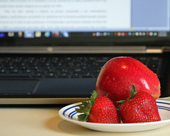 Apple and knowledge (Oquendo) Tags: fruits computer manzana strawberries books screen apples computadora fresa