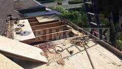 Dakdekker: Twee aaneengesloten dakkapellen waren zeer slecht. Primodak heeft de lagen dakbedekking verwijderd en al het verrotte houten dakbeschot en boeiboorden gesloopt. Dak voorzien van nieuwe betimmering