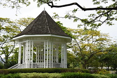 kiosk (jmarnaud) Tags: people tree green leave statue garden singapore walk botanic 2014