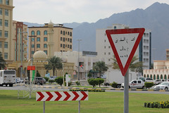IMG_0016.jpg (svendarfschlag) Tags: street mountain sign cross uae emirates arab corniche emirate unitedarabemirates fujairah khorfakkan  gulfofoman golfvonoman fudschaira chaurfakkan vereinigtenarabischenemiraten chrfakkan