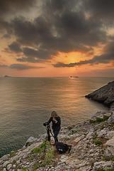 De espalda al ocaso (Urugallu) Tags: color luz sol canon mar flickr barco foto asturias cielo aviles ocaso ria amistad reflejos asturies cantabrico 70d joserodriguez urugallu