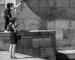 Emeute-toi! (chando*) Tags: brussels people woman man monochrome graffiti blackwhite photographer noiretblanc femme streetphotography bruxelles tourists smartphone homme gens selfie photographe montdesarts touristes