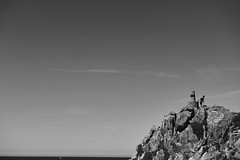 Escapar (Roberto Alarcon) Tags: scape escapar huir correr run cielo sky rocas rocks boat barco mar sea clouds black white blancoynegro espacio negativo portugal lea da palmeira maana morning soleado sunny robertoalarcon d610 nikon