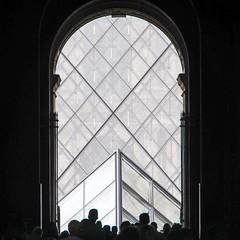 Paris - Entre du Louvre depuis la rue de Rivoli. (Gilles Daligand) Tags: paris architecture louvre porte foule pyramide contrejour entre ruerivoli visiteurs verriere