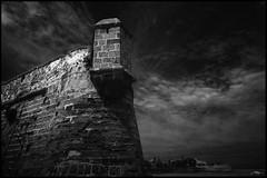 La vigilante III (J.R.Rey (OFF)) Tags: bw wall architecture arquitectura nikon cdiz muralla