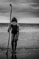 Pélerin (PaxaMik) Tags: ocean portrait mer beach noir noiretblanc plage pilgrim océan pélerin n§b bâton portraitnoiretblanc
