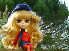 ~88~ (Merli-chan) Tags: wood blue red cute green nature hat scarf rouge photography princess tights vert bleu curly chapeau pullip curl foulard bonnet reine rosalind bois regard princesse boucles végétation collant