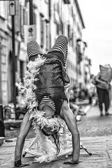 In equilibrio. Artisti di strada durante il Busker festival in Città Bassa - foto di Rossella Degradi (Bergamo Una storia che racconterai) Tags: bergamo concorsofotograficobergamo