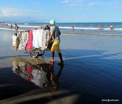 vendedor ambulante (silwittmann) Tags: brazil praia beach sc brasil vendedor clothes santacatarina litoral roupas ambulante itapo