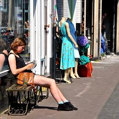'Leesmeisje' Voorstraat Utrecht (FaceMePLS) Tags: utrecht nederland thenetherlands streetphotography shorts handbag hotlegs bankje krant suedeshoes handtas utreg straatfotografie facemepls nikond300