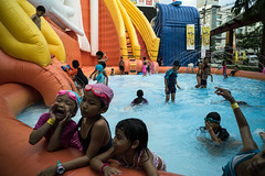 #09 (Sakulchai Sikitikul) Tags: street children thailand sony voigtlander 28mm streetphotography snap songkhla waterpark hatyai funpark a7s