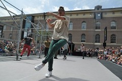 Compagnie Dyptik - D - Construction (c) Henry Krul (14) (Henry Krul) Tags: dance construction outdoor d henry op hip hop dans krul deventer straattheater streettheatre 2016 stelten dyptik
