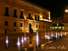 St George's Square, Valletta, Malta (leslievella64) Tags: leica city water fountain night lights europe mediterranean eu malta palace leslie maltese hdr malte valletta photomatix tonemapped maltais stgeorgessquare leicavlux1 vlux1 leslievella64 pixlr pjazzasangorg