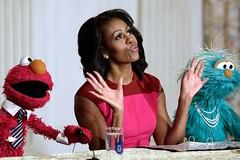 Η Μισέλ Ομπάμα, παρέα με τον Έλμο και την Ροζαλίτα του Μάπετ Σόου, ανακοινώνουν πρωτοβουλία για υγιεινότερο φαγητό στα σχολεία της Ουάσιγκτον. (πηγή: Win McNamee—Getty Images)