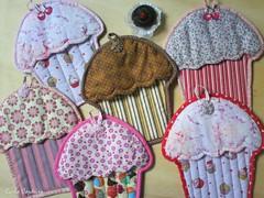 cupcakes (Carla Cordeiro) Tags: cupcake fuxico kit patchwork potholder acolchoado pegadordepanela acabamentoviés feitocom♥