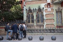 Casa de las Carolinas y turistas chinos (angelsrios) Tags: barcelona gaudi modernismo modernisme barriodegracia casadelascarolinas