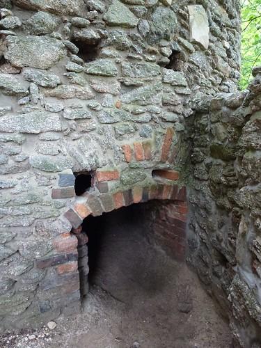 Niskie wyjście z chodnika otaczającego basztę łupinową w północno-wschodnim narożu zamku dolnego na Zamku Chojnik w Sobieszowie