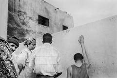 Fes, Morocco 1999 (Alberto Prez Puyal) Tags: africa street leica bw men photography women 1999 morocco alberto fez plus hp5 marruecos m2 ilford fes perez zoco summaron puyal