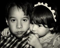 Hermano cuida a su pequea hermana. (fotografiamomentosespeciales) Tags: bw blancoynegro sis bro hermanos fiestacaracas luisguillermoperez