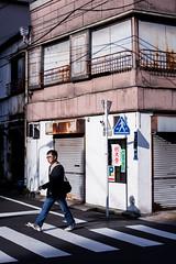 Vies, rues mortes (www.danbouteiller.com) Tags: japan japon japanese japonais tokyo nishi nishinippori nippori city ville urban photo de rue photoderue street streetscene streetlife streets streetshot people crosswalk canon c canon5d 5dmk2 5d 50mm 50mm14 5d2 5dm2