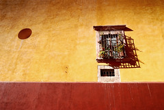 Spanish infusion... (Coandă) Tags: windows shadow red distortion colour yellow wall bronze contrast mexico concrete nikon holidays iron day decay wideangle tokina guanajuato manual f56 16mm vignetting manualmode d80 1xp atx116prodx 1116mmf28