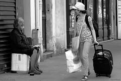 Misère et Sushis (Loran de Cevinne) Tags: street portrait people paris france look blackwhite noiretblanc pentax retrato portraiture don rue ritratto personnes regard clochard mendiant personnages scènederue misérable sansdomicilefixe misére