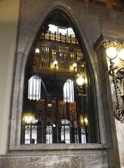 Gaudi - Barcelone - Palau Guell :  jeux de lumière dans une fenêtre intérieure (anne arnould) Tags: barcelona city light reflection window town spain europe palace gaudi inside palauguell