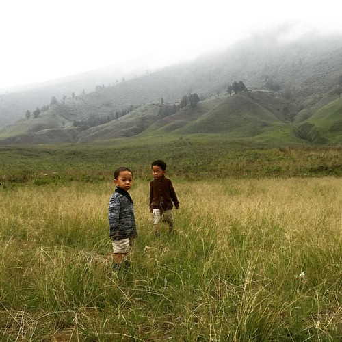 Come Out and Play 😊😊😊 #lihatindonesia #childrens #play #outdoor #balibackpacker #family #familytrip #roadtrip #travel #travelgram #lonelyplanet #nationalgeographic #natgeokids #indonesia #4wd #bromo #bromomountain #camper #familytime #ea