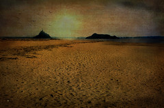 A la fin de la journe, quand le ciel flamboie (.Sophie C.) Tags: sea mer texture beach photoshop ile normandie cote 50 plage montsaintmichel littoral genets baiedumontstmichel tombelaine becdandaine lenabem