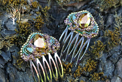 twin combs Color of summer_4 (~Gilven~) Tags: green gold beads jewelry bead swarovski comb beading swarovskicrystals beadembroidery japanesebeads foggyforest