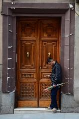 Una pequea sorpresa (Manutero) Tags: madrid door espaa love rose puerta amor rosa sorpresa