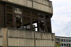 Verfallenes Kongresszentrum: Durchblick (Pascal Volk) Tags: berlin abandoned desolate dilapidated verlassen kongresszentrum 70mm conferencecentre berlinlichtenberg sportforum canoneos6d althohenschnhausen indiragandhistrase canonef70300mmf456lisusm konradwolfstrase