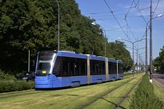 Einfahrt in die Schleife an der Amalienburgstrae: Frisch gemht ist das Rasengleis, das Wagen 2804 beim Erreichen der Endstation befhrt (Frederik Buchleitner) Tags: 2804 avenio linie17 munich mnchen siemens strasenbahn streetcar twagen tram trambahn